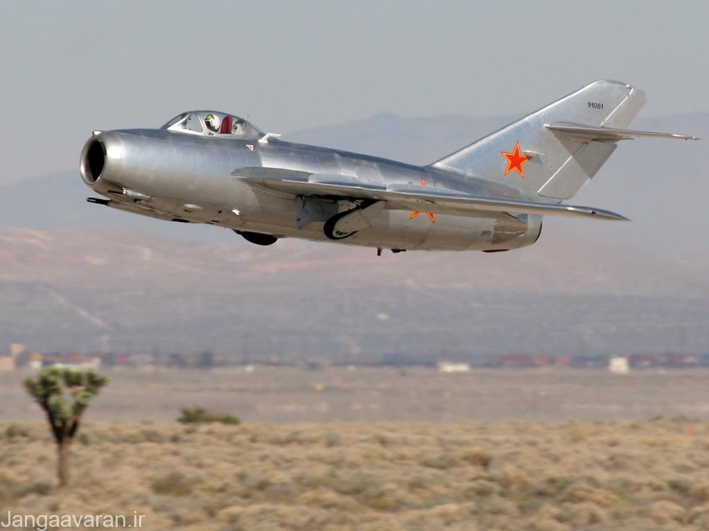 میگ15 در ارتش شوروی رنگ نمی شد و دارای رنگ نقره ای الومینومی است