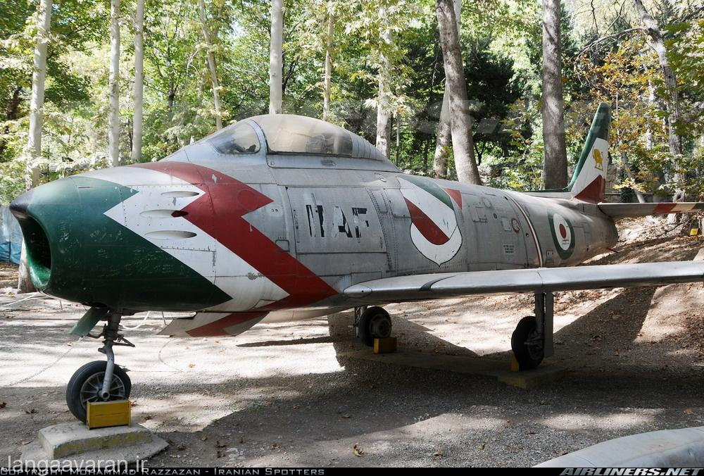 اف 86 اف نیروی هوایی ایران در کاخ سعداباد. همچنان نشان شیر خورشید هنوز بر روی دم ان نقش بسته است(هنوز زورشان نرسیده ورشداران)