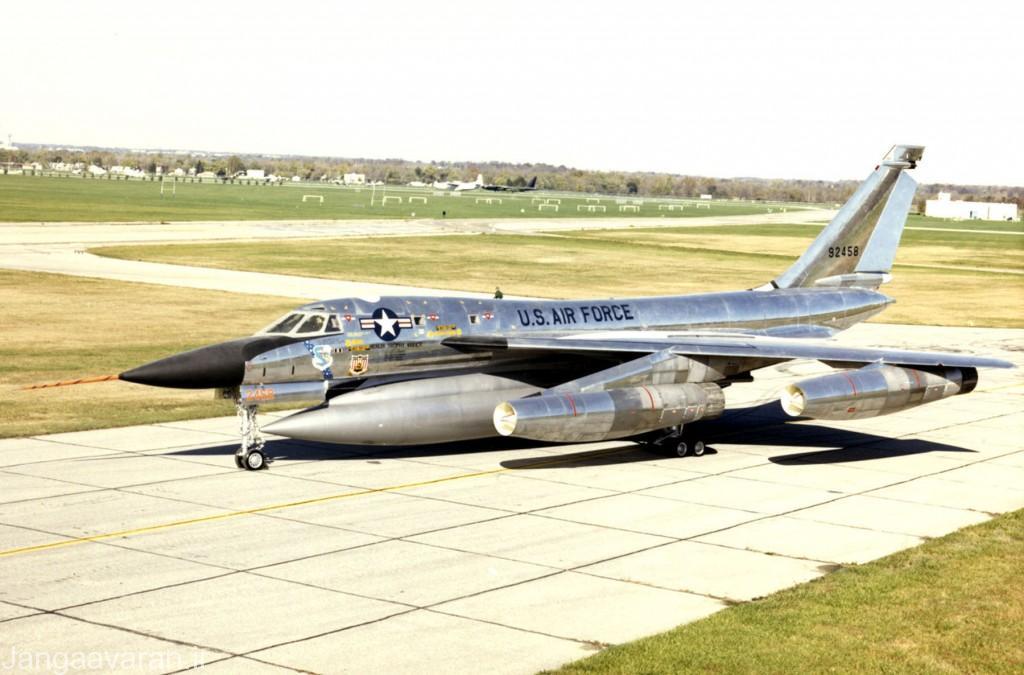 یک مخزن ام بی -1 سی در یزر بدنه هاسلر. این مخزن ترکیبی از بمب اتم و سوخت درون ان بود