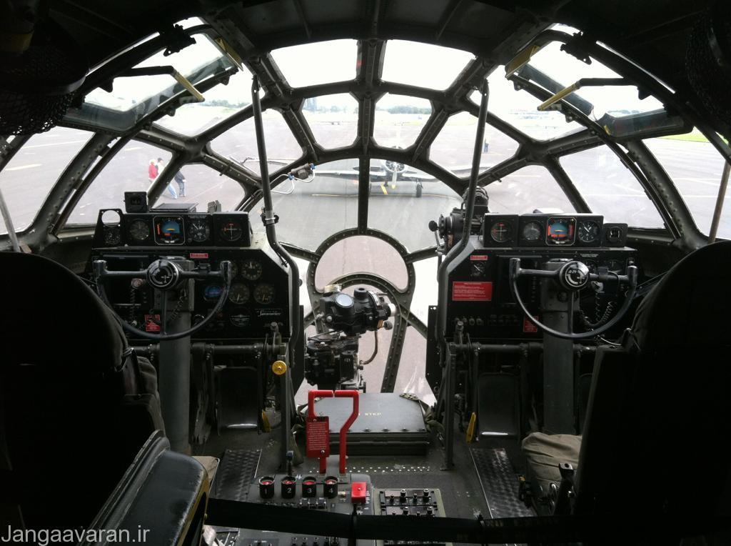 کابین ب29... در بین دو خلبان کمی جلوتر پشت دماغه شیشه ای بمب انداز قرار میگیرد