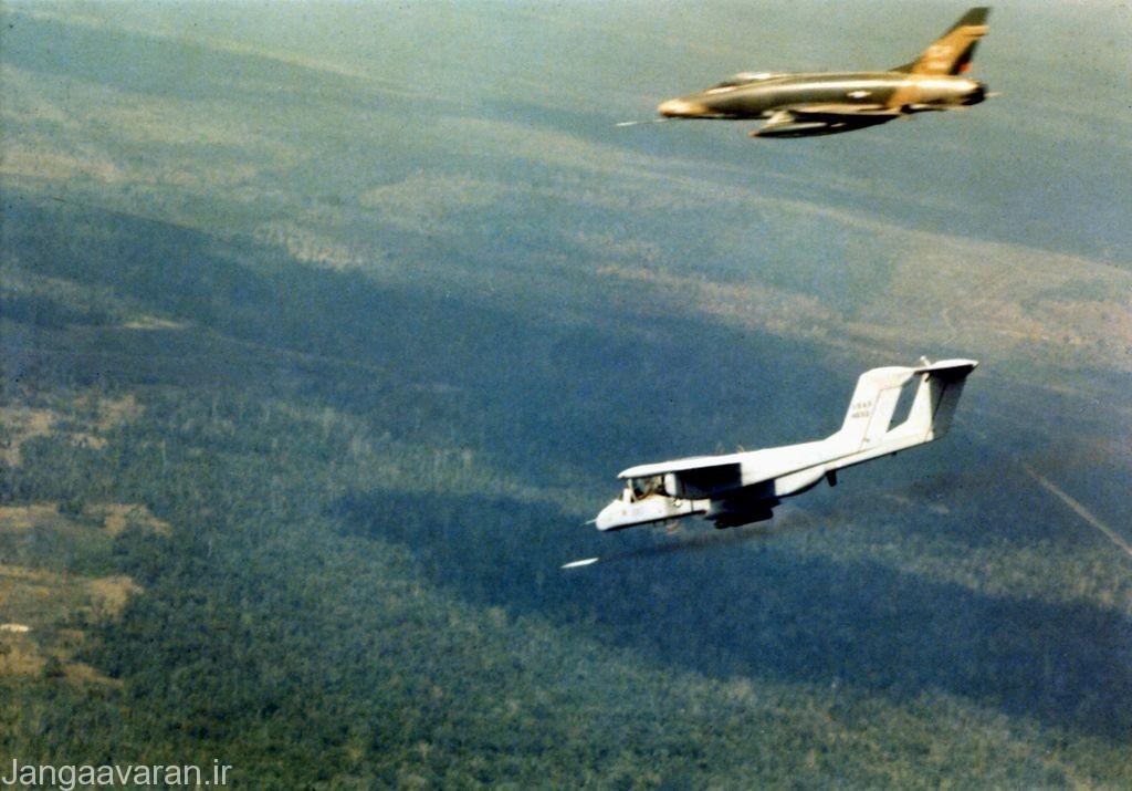 او وی -10 نیروی هوایی در حال شلیک راکت دود زا به طرف هدفی برای مشخص کردن ان برای اف100 دی برای نابودی هدف