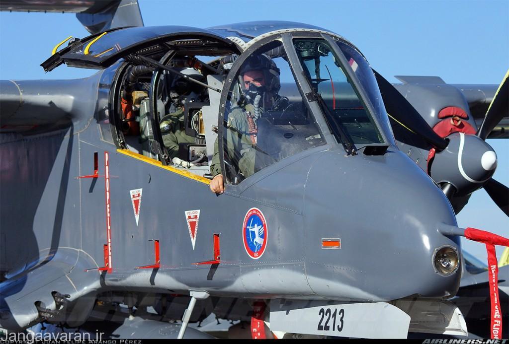 در تصویر دو بالچه زاویه دار رو به پایین در پایین بدنه مجهز به مسلسل قابل مشاهده است
