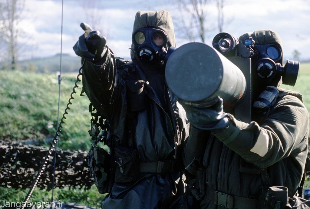 دو سرباز کانادایی حامل موشک بلوپایپ طی تمرینات ناتو با پوشش ضد حملات شیمیایی