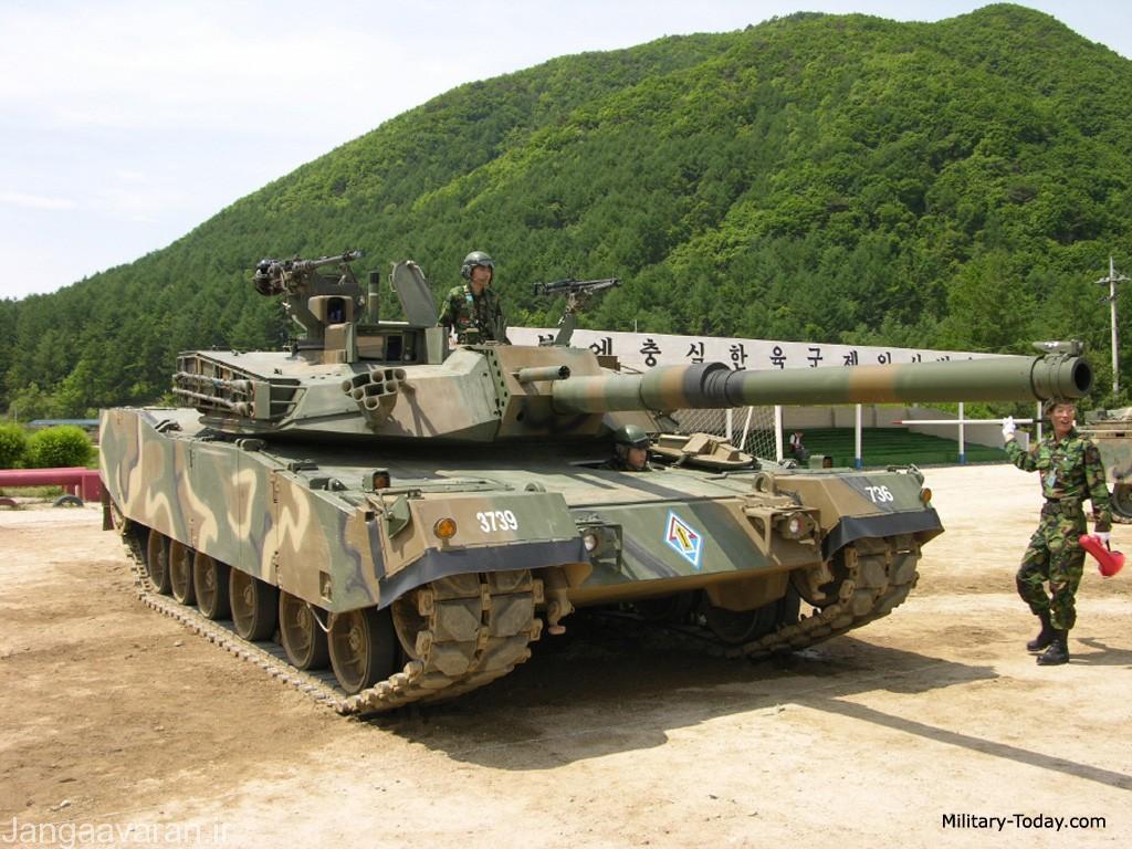 کا1. در تصویر جلوی مسلسل 12.7 م م روی برجک در سمت راست تانک میتوان سامانه پانورماتیک فرمانده و در جلوی ان سایت هدفگیری توپچی را دید .