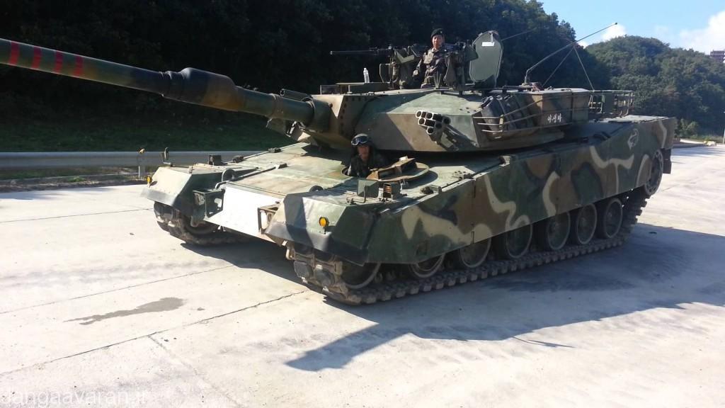 تانک در حال زانو زدن با کم کردن ارتفاع جلوی تانک