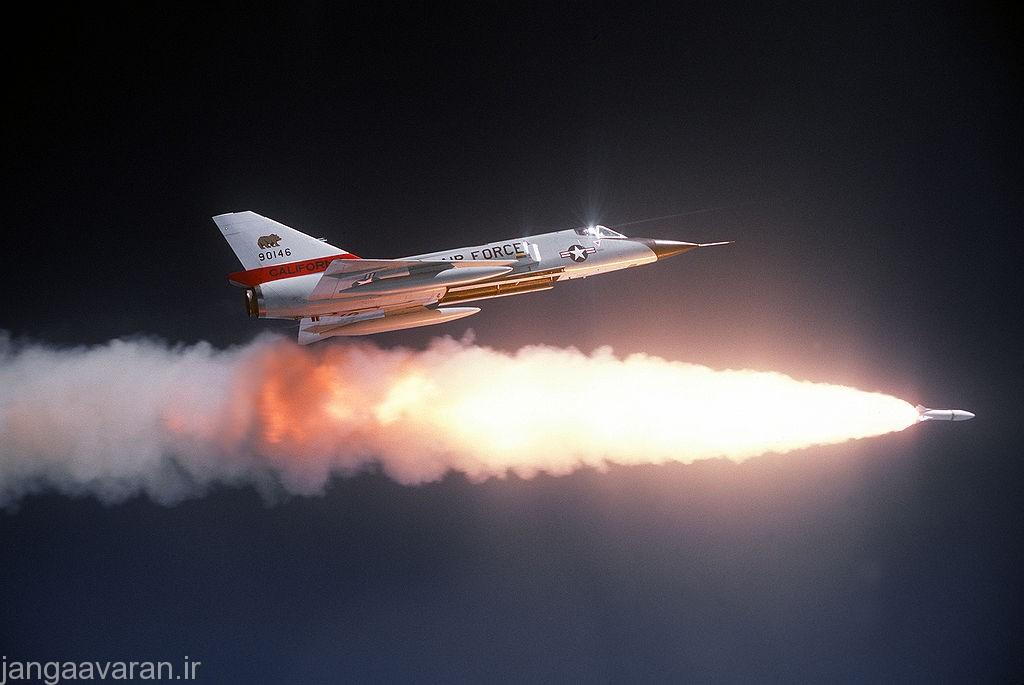 اف106 در حال شلیک راکت هوا به هوای اتمی