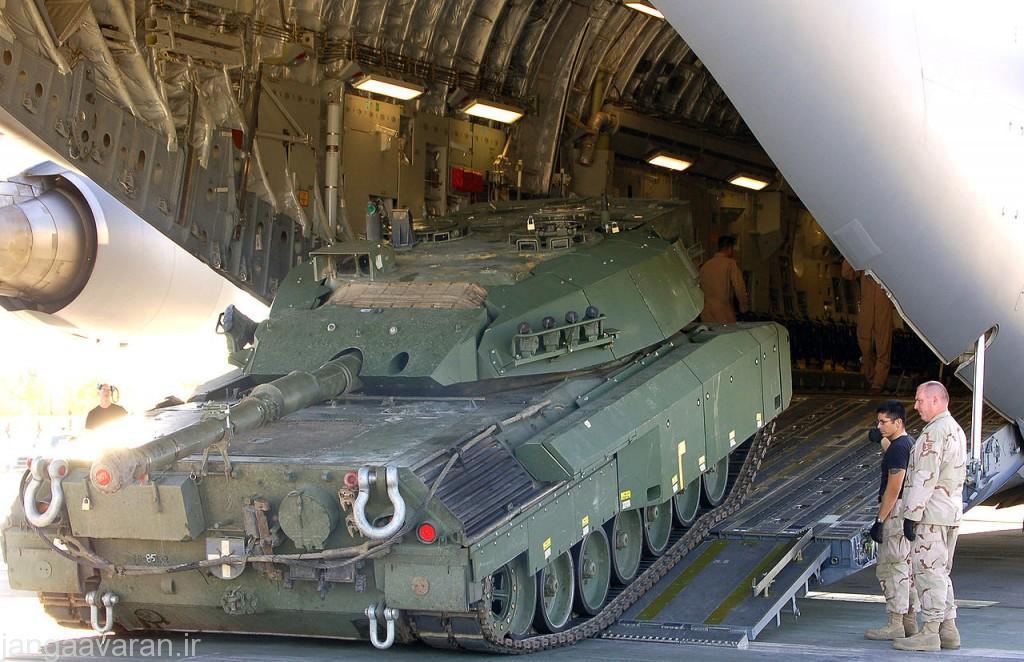 لئوپارد سی2 ارتش کانادا در حال پیاده شدن از یک سی 17 در افغانستان در سال 2006