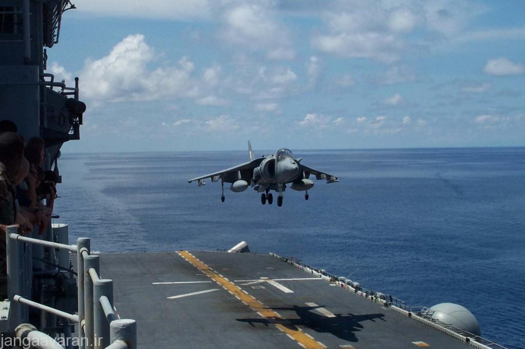 ای وی 8 بی در حال فرود عمود.