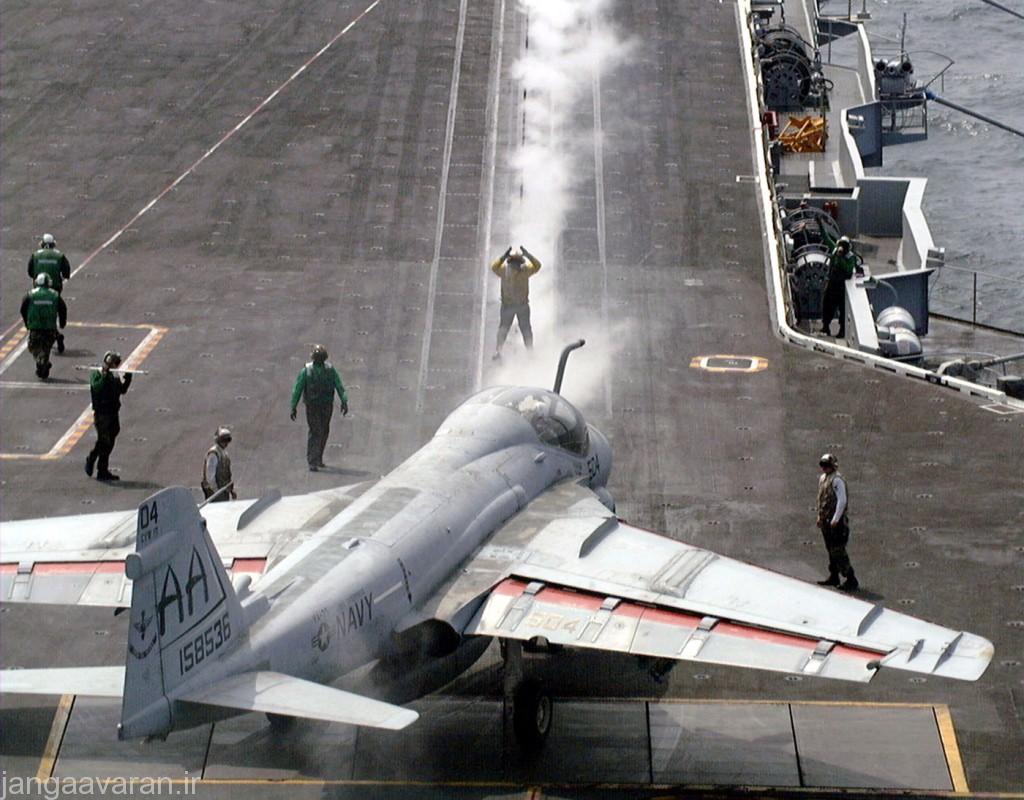 تصویری از رد بخار ابی که از برخاستن هواپیمای قبلی به جای مانده است