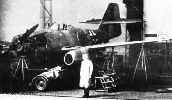 ام ایی 262 وی 1 نخستین نمونه که مجهز به موتور جت شد در حالی که در دماغه دارای موتور پیستونی است