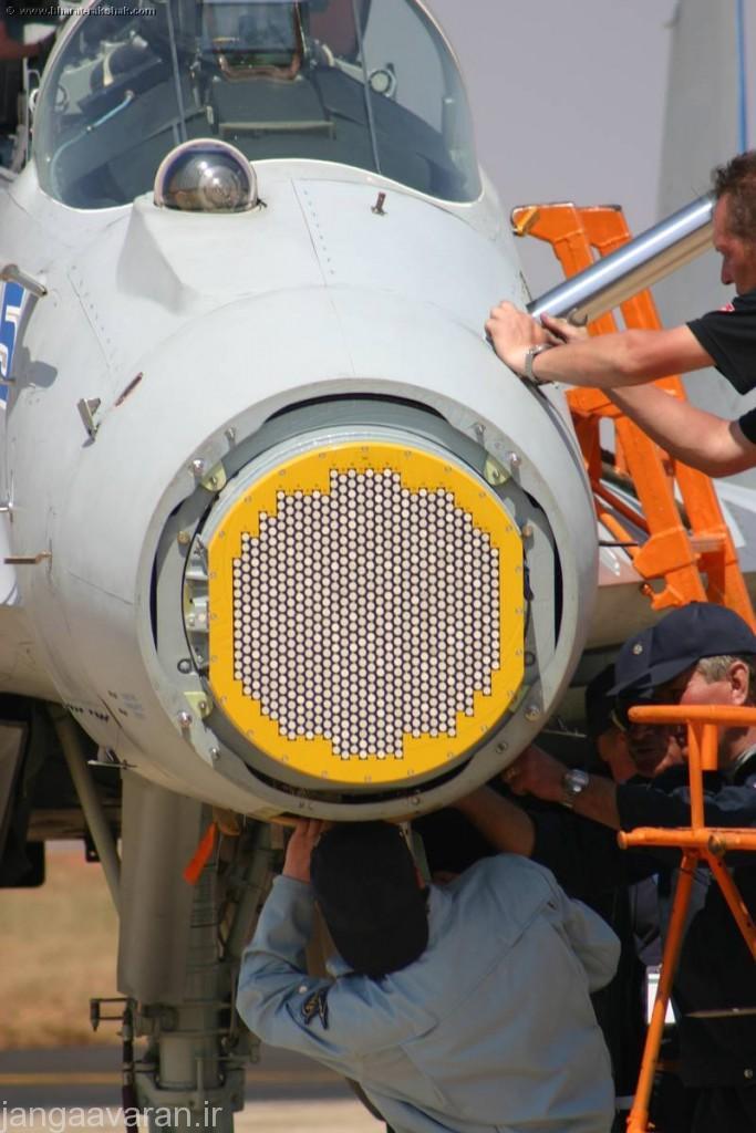 رادار ژوک ای ایی میگ35... ماژول های گیرنده و فرستنده روی صفحه رادار مشخص است. در جلوی کابین برامدگی سامانه کاونده تصویر ساز فروسرخ دیده میشود