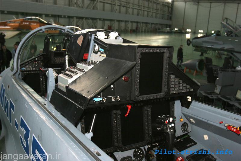 کابین عقب میگ35 با چهار نمایشکر و کابین جلو با سه نمایشگر رنگی چند کاره