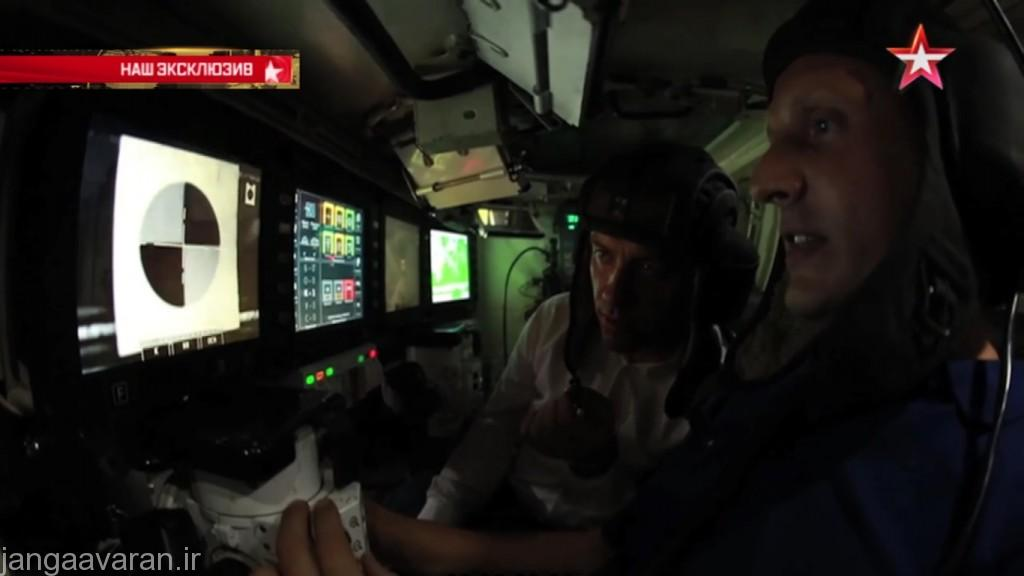 درون کابین. در تصویر نفر اول (نزدیکتر به دوربین )توپچی و نفر دوم فرمانده است