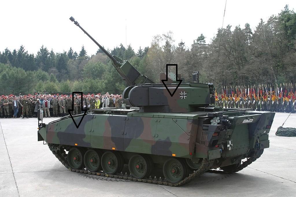 در تصویر با فلش زره ماژولار نصب شده در دو طرف برجک و بدنه نشان داده شده. زره مشابه در جلوی بدنه نصب است