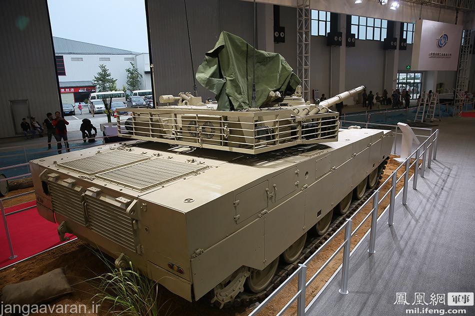 در پشت و دو طرف برجک میتوان زره توری شکل ضد راکت را دید ..سیستم تحویه تانک نیز در پشت برجک مشخص است