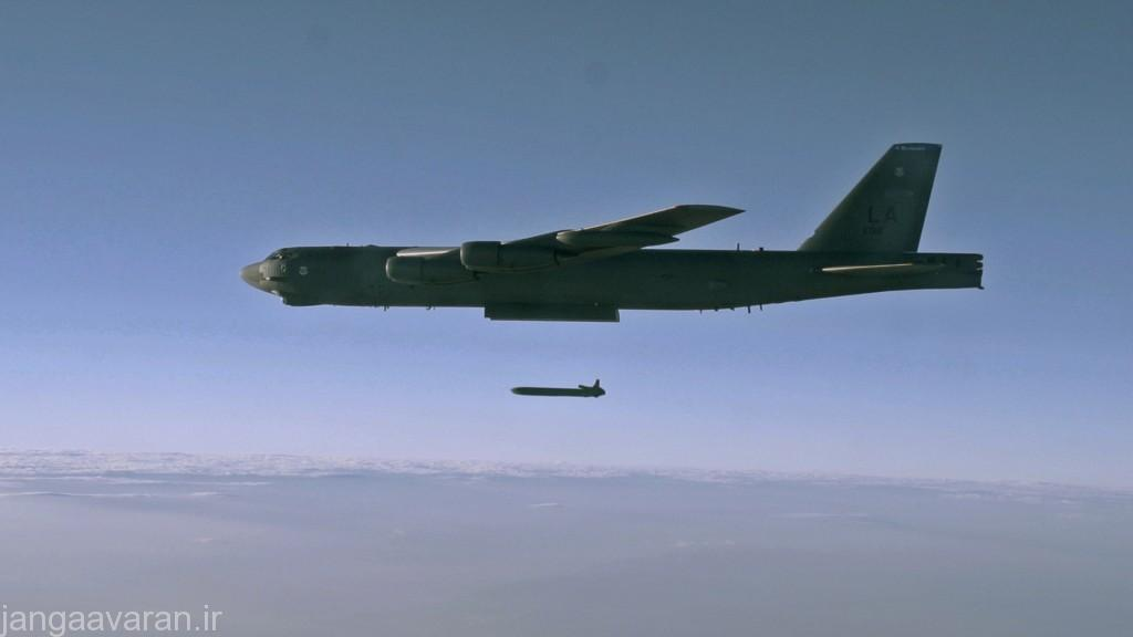 تصویر از یک ب52 در حال رها کردن یک موشک کلکوم ..کلکوم بسته به مدل دارای 1300 تا 2400 کیلومتر برد است و دقت ان به زیر ده متر می رسد
