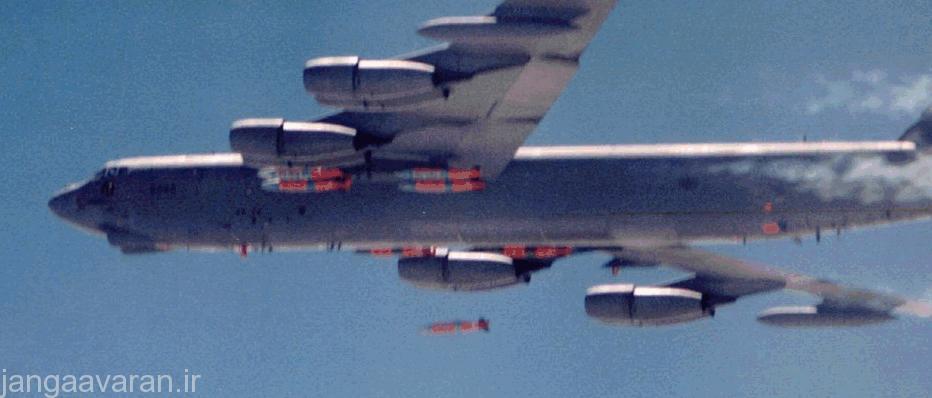 یک ب 52 در حال رها کردن بمب های هدایت ماهواره ای