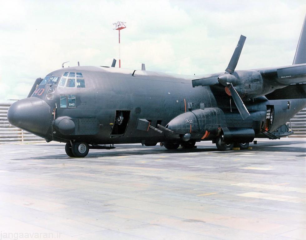 تصویر از جلو AC-130A .. در این تصویر دو توپ 20 م م و در کنار نها دریچه دوربین دید در شب (دوربین سطح نوری کم) دیده می شود
