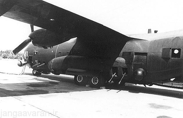 نسخه بعدی AC-130A که دارای دو توپ 40 م م در عقب و دو توپ 20 م م در جلو است. در تصویر رادار هدایت توپ در کنار دو توپ به شکل برامده میتوان دید