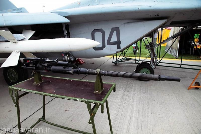 توپ 30 م م تک لول در کنار میگ29.. این توپ روی تمامی جنگنده های نسل چهارم به بعد روسها (به غیر از میگ31) نصب شده است