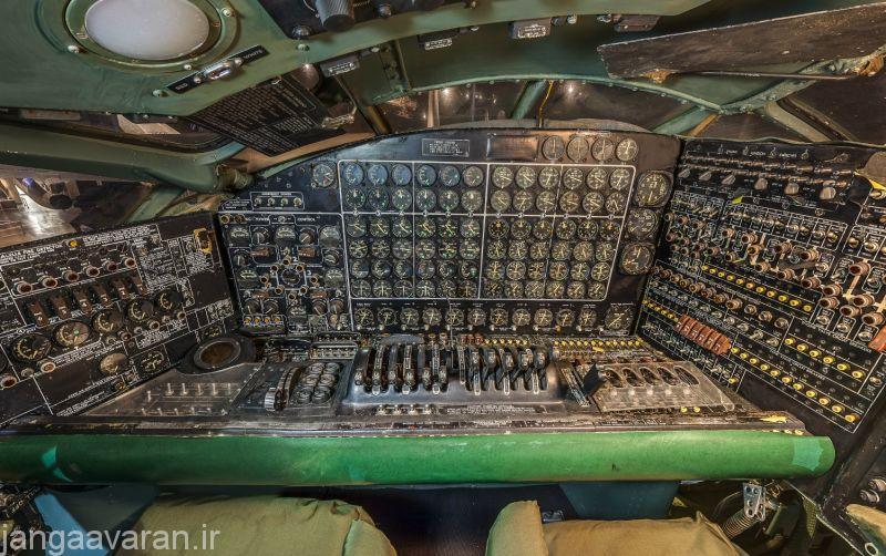 بخشی از کنترل های مهندس پرواز ب36