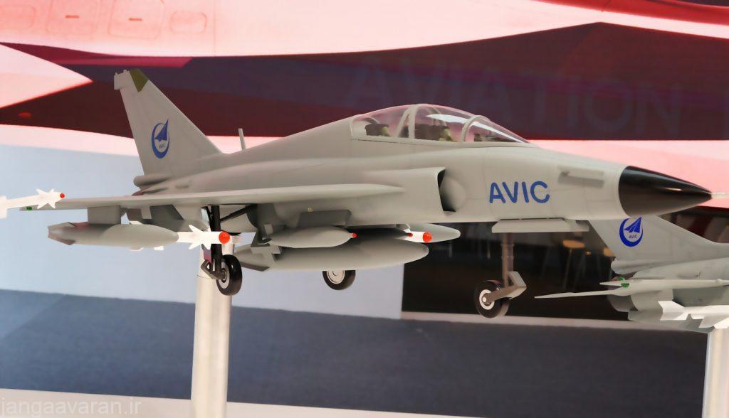 طرحی از اف تی سی 2000 جی. در این نمونه دو جایگاه به ورودی هوا چسبیده ولی در نسخه که پرواز کرده یک جایگاه زیر هر بال دارد