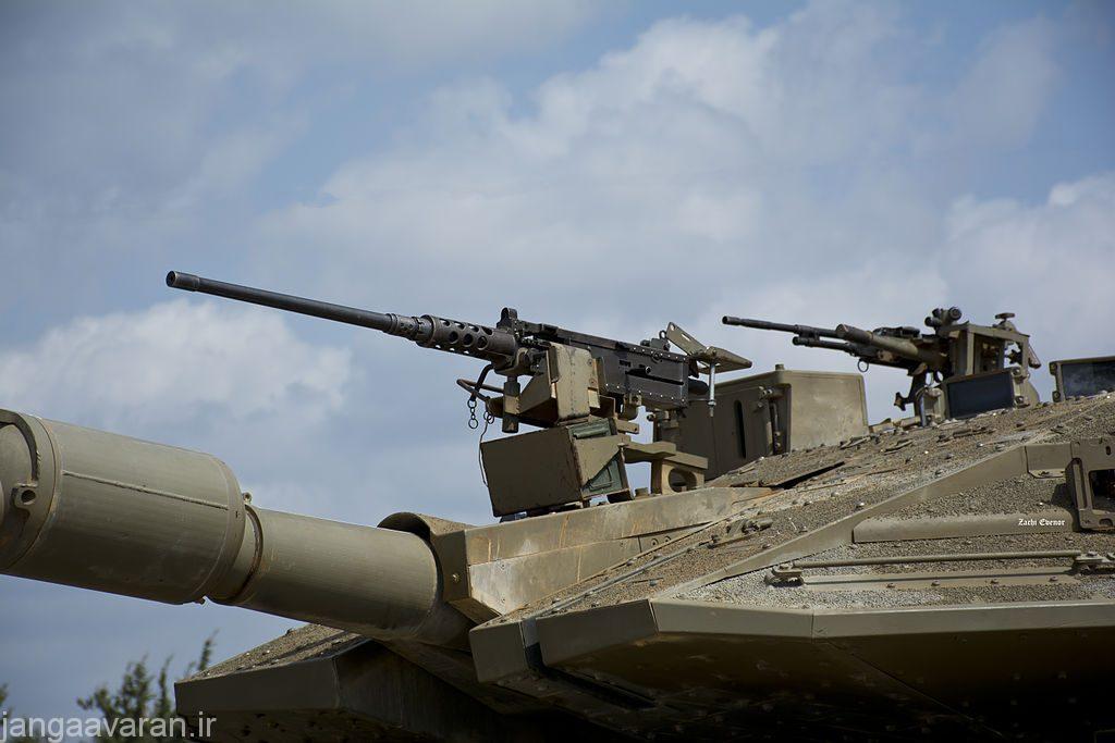 مسلسل برونینگ روی لوله توپ برای شلیک هم راستا با توپ اصلی . تانک در تصویر مرکاوا است