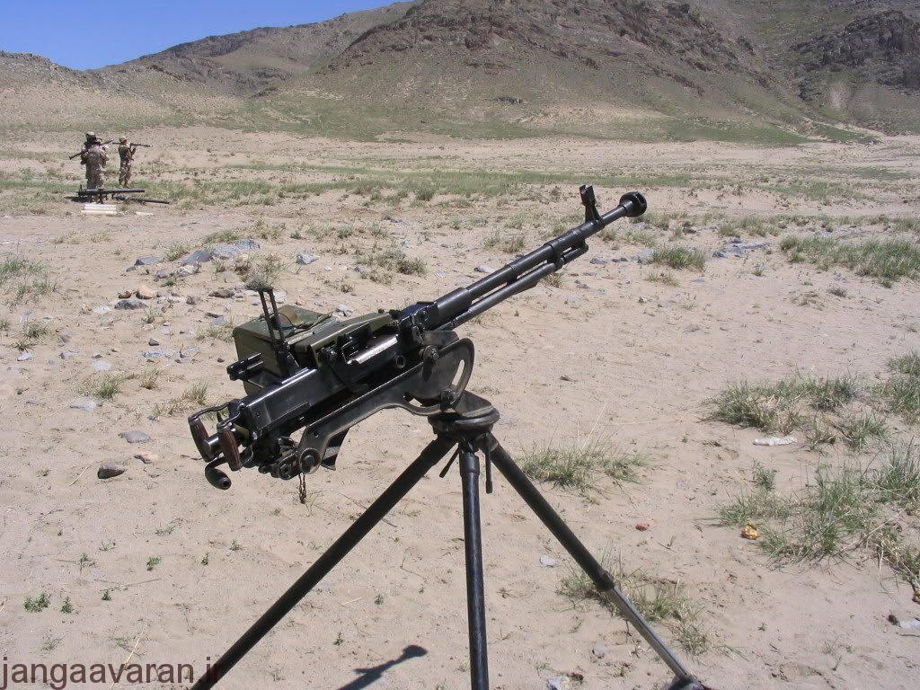 در تصویر مگسک نشان گیری عقب در حالت عمود،دو دسته اتش و دسته مسلح سازی سلاح در عقب ان مشخص است
