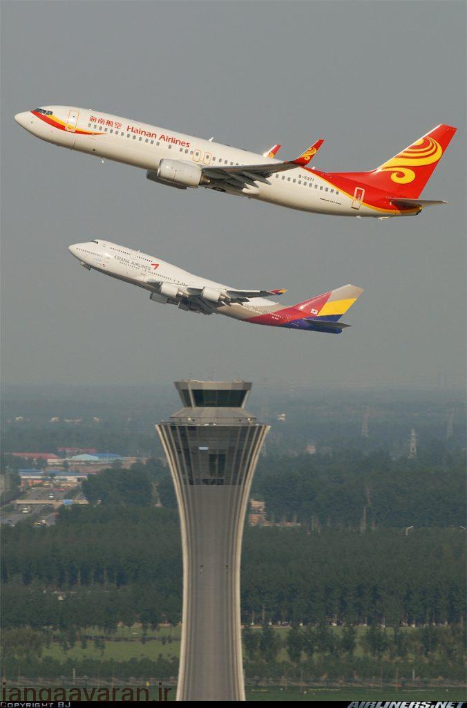 سری 800 و در عقب تصویر بودینگ 747 سری 400