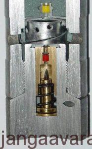 فیوزی که بر اثر نیروی ایست یکباره پرتابه (مانند ایستادن ناگهانی خودروی در حال حرکت و پرتاب شدن رو به جلوی سرنشینان) سوزن به طرف جلو پرتاب شده و چاشنی را مشتعل میسازد.