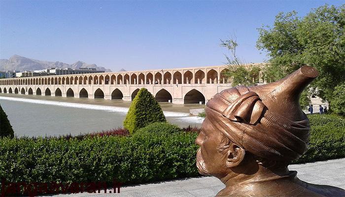 تندیس الله وردی خان در کنار پل سی و سه پل