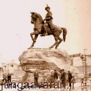 مجسمه شاه عباس در اصفهان که تا سال 1358 پابرجا بود