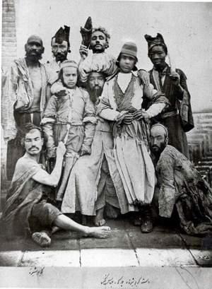 گروه دلقک معروف تهران کریم شیره ایی، آنها برای ماهها کنت دومونت فور را در برنامه های خود مسخره می کردند