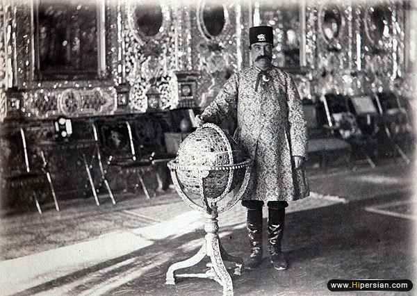 ناصرالدین شاه با کره جواهرنشان معروفش،او به دعوای دوطرف پایان داد