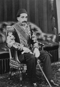 عبدالحمید دوم. به لطف دیوانگی برادرش مراد پنجم به تخت سلطنت رسید و فجایع زیادی در طول سلطنتش رقم خورد