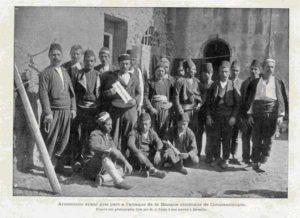 گروگان گیران ارمنی بانک عثمانی. آنها توسط یک کشتی به اروپا برده شدند