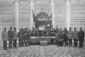 ترکان جوان در حال خواندن اعلامیه انقلاب 1908