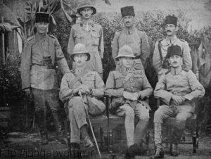 ژنرال تاوزند بعد از تسلیم در کنار خلیل پاشا. محاصره کوت یکی از بدترین شکست های عثمانی در جنگ جهانی اول بود