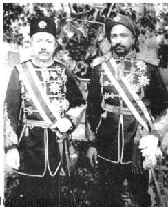 نظام السلطنه مافی در سمت چپ عکس. او در کرمانشاه دولت موقت دفاع ملی تشکیل داد که جایی نرسید
