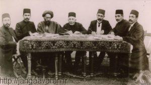 کابینه دولت موقت در کرمانشاه. نظام السلطنه الین نفر از سمت چپ،سید حسن مدرس سومین نفر . جهانگیر خان صور اسرافیل اولین نفر از سمت راست