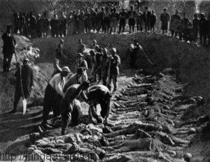قربانیان کشتار ترابوزان در حال دفن در گورهای دسته جمعی
