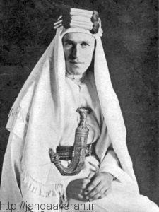 سرهنگ ادوارد لارنس در لباس عربی. او فراتر از یک افسر ارتش انگلستان در شورش عربی ظاهرشد