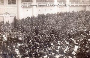 شورای کارگری ولگاگراد در 1917. انقلاب بلشویکی در روسیه باعث حیرت دولت بریتانیا و بهم ریختن سیاست های این کشور گردید