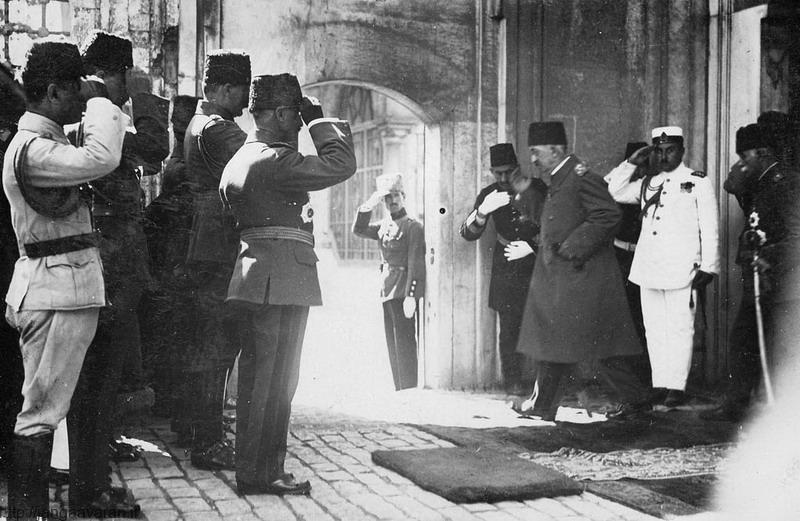 خروج سلطان محمد ششم از کاخ ییلدیز. با این اتفاق خاندان عثمانی از تاریخ جهان محو شد