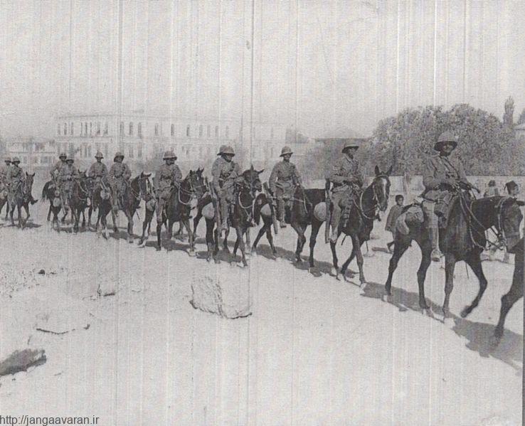 رژه نیروهای ژنرال کاوول در دمشق. اگرچه نیروهای آنزاک دمشق را فتح کردند اما سرهنگ لارنس با زرنگی سعی داشت افتخار آن را به اسم شاهزاده فیصل بنویسد