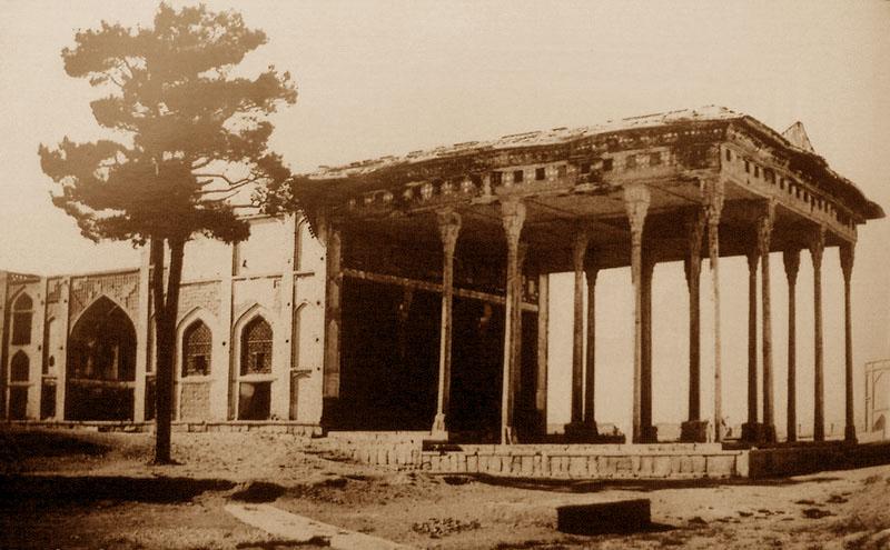 کاخ آیینه خانه. این بنای تاریخی به همراه حدود 50 بنای تاریخی دیگر اصفهان در دوران حکومت ظل السلطان ازبین رفت