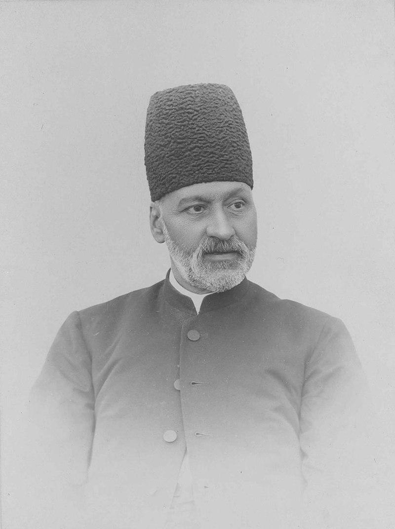 نصرالله خان نائینی ملقب به مشیرالدوله. او در زمان صدور فرمان مشروطه صدراعظم بود و بدین ترتیب تبدیل به اولین نخست وزیر مشروطه ایران شد