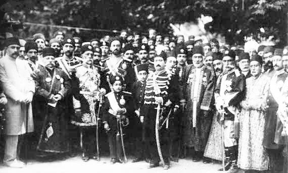 محمدعلی شاه در کنار لیاخوف و اعضای دربارش. بعد ازبه توپ بستن مجلس شاه ماهها صرف سرکوب قیام تبریز کرد