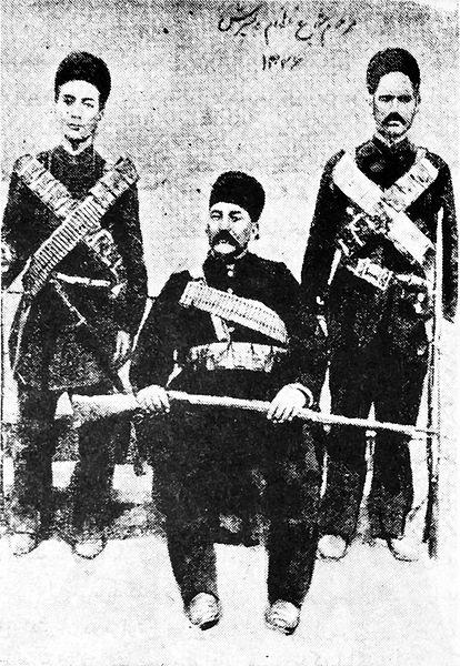 شجاع نظام و پسرانش. او یکی ازبی رحم ترین فرمانده هان دولتی بود
