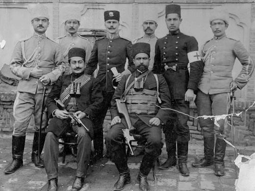 سردار اسعد در کنار یپرم خان. نیروهای این دو نفر در فتح تهران نقش بسیار مهمی ایفا کردند